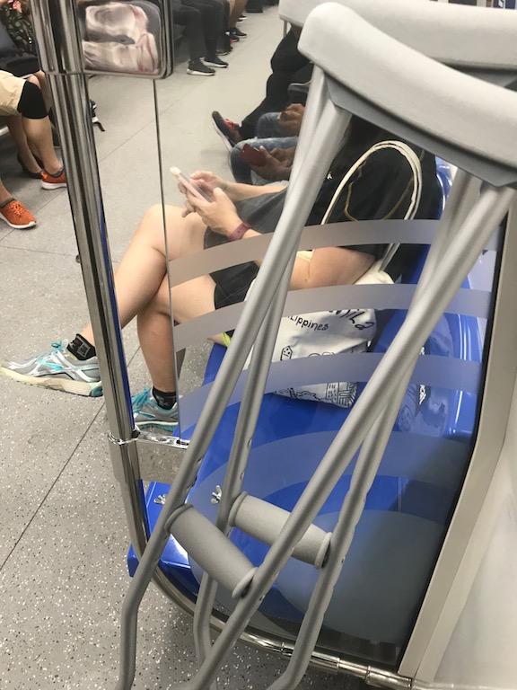 毎日汗だくになって松葉杖と電車通勤
