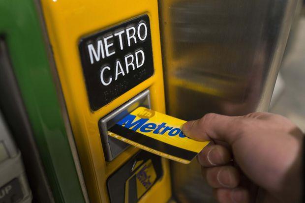 チャージするMetroCardを販売機に差し込む