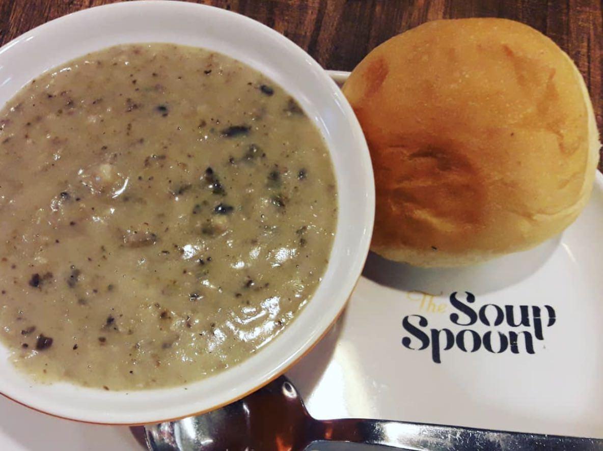 スープは大きさ種類問わず無料でパンのサービス付き
