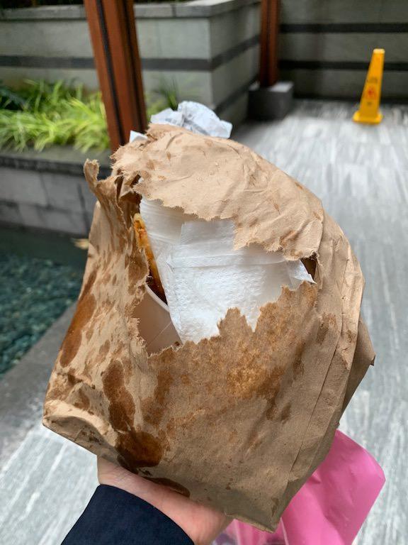 テイクアウトの紙袋は上からではなくしたから持つことをオススメ