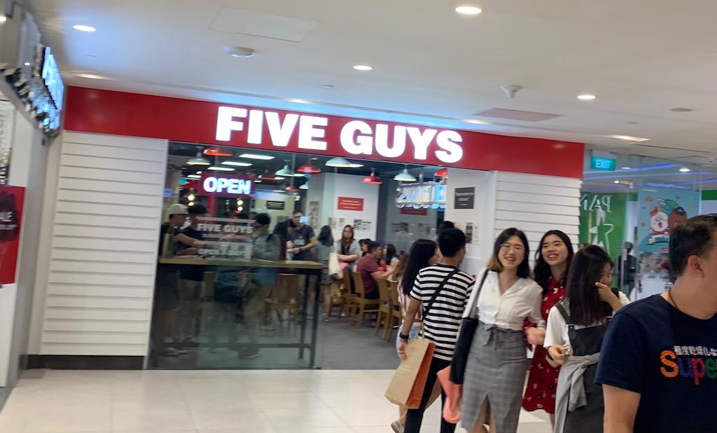 FIVE GUYS(ファイブ ガイズ)がシンガポールに初上陸!!