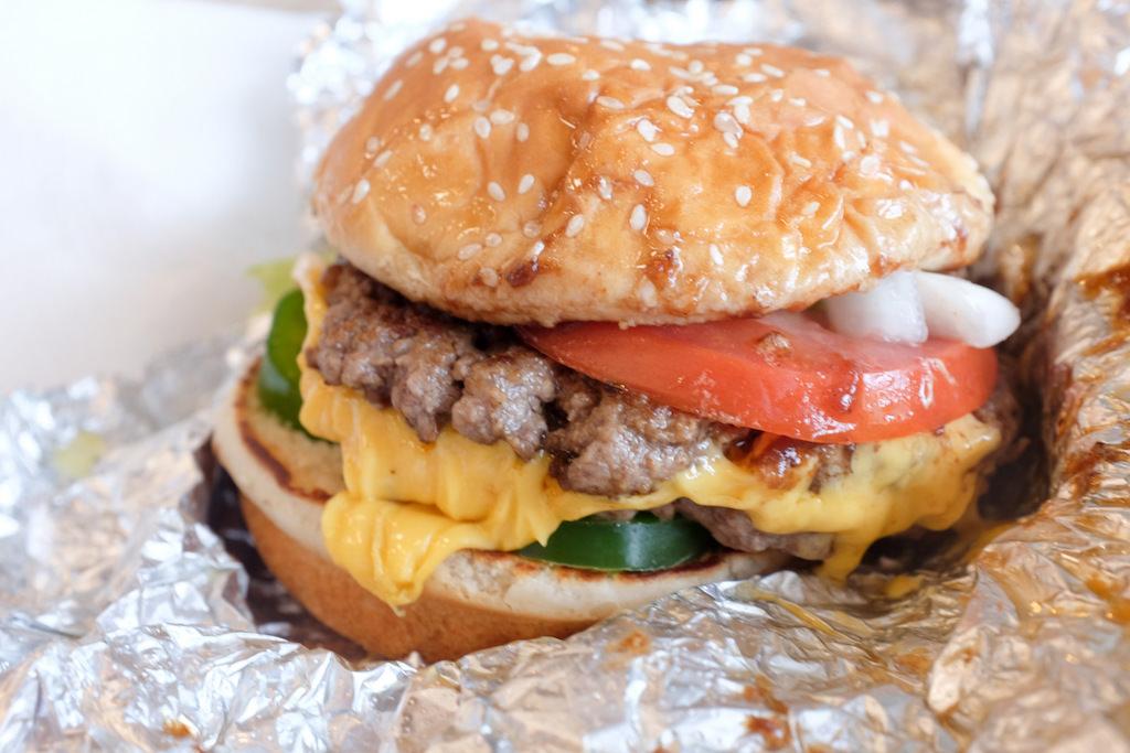 FIVE GUYS(ファイブ ガイズ)のハンバーガーは見た目も内面(味と食材の質)で勝負