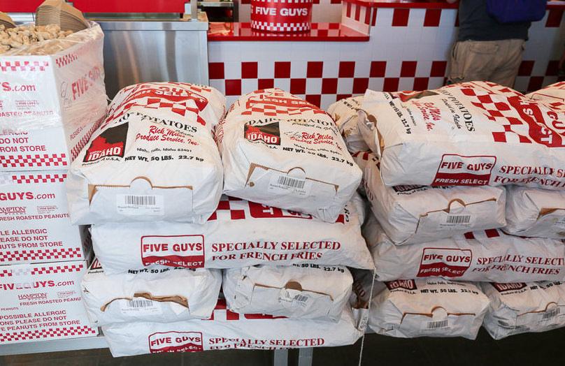 FIVE GUYS(ファイブ ガイズ)を埋め尽くす大量の新鮮なじゃがいも袋
