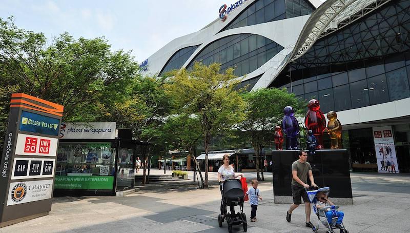 FIVE GUYS(ファイブ ガイズ)1号店はPlaza Singapura1階スターバックスの隣