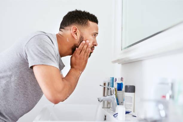 正しいメンズスキンケアのやり方「化粧水」をつける