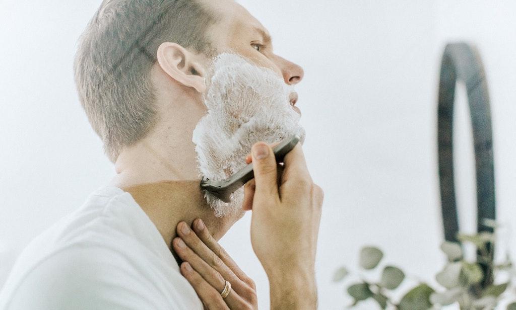 男性はひげ剃りで毎日肌の表面を傷つけて放置している!