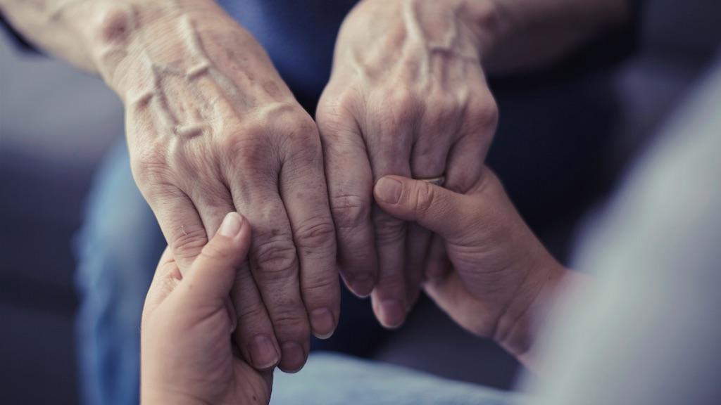 優しいおばあちゃんの手。でも確かにシワやたるみが目立ちます