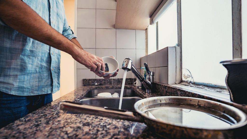 冷たい水や強い洗剤などで毎日手を酷使しているのに手入れしないの?