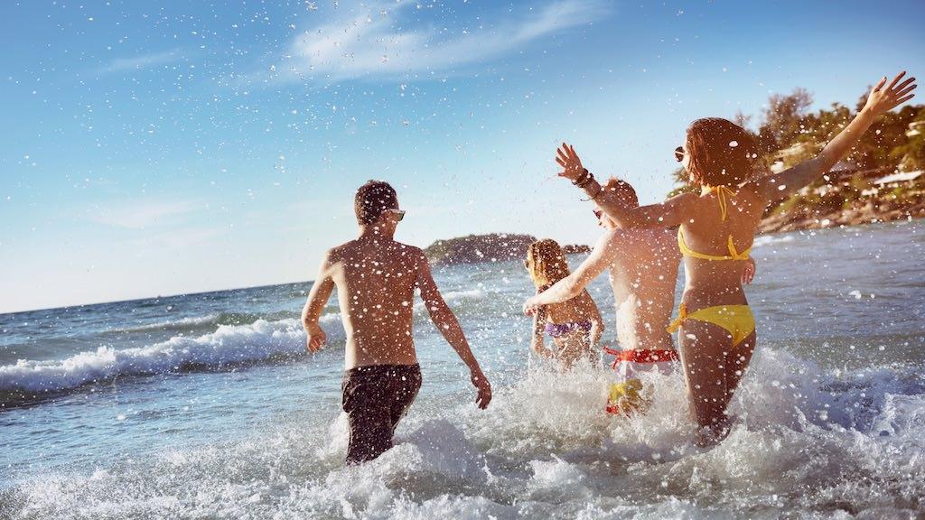 太陽が眩しい夏は日焼け止めを塗ってビーチでハジけちゃう!